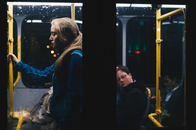 dívka v autobuse